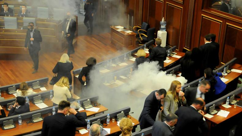 Opposition setzt Tränengas im Kosovo-Parlament ein