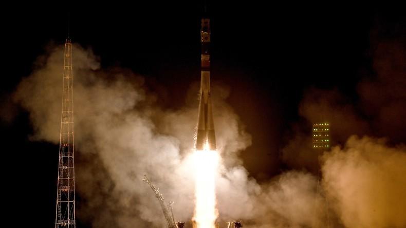 Drei Raumfahrer mit WM-Ball zur Raumstation ISS gestartet