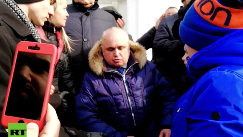 """Kemerowo: """"Ich bitte Sie um Vergebung!"""" - Vize-Gouverneur geht vor wütender Menge auf die Knie"""