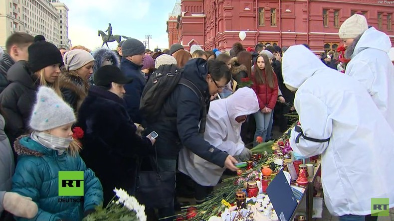 LIVE: Moskau gedenkt auf dem Maneschnaja-Platz der Opfer des Infernos in Kemerowo
