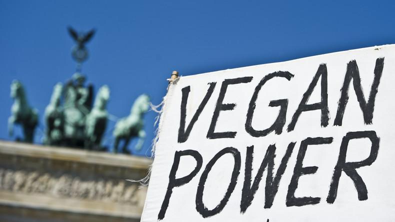 Provokation gegen Demonstration: Restaurantchef isst Fleisch vor tobenden Tierschützern