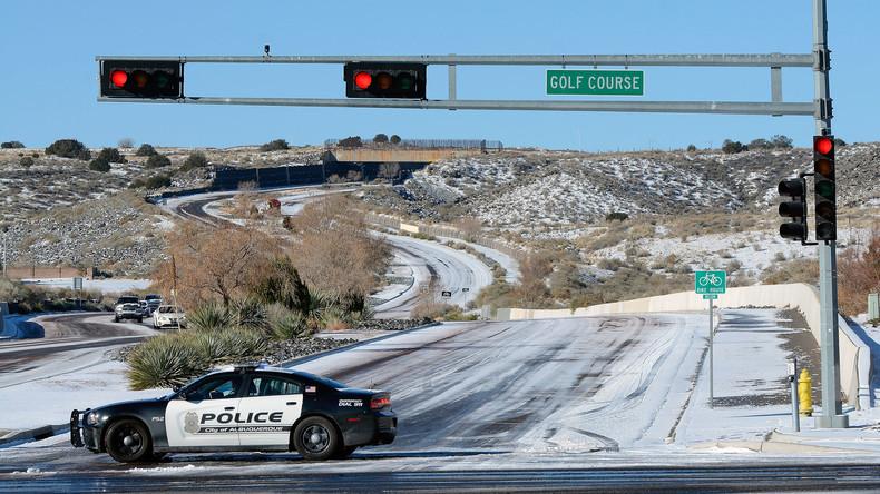 US-Verkehrspolizist entkommt knapp dem Tode auf verschneiter Autobahn