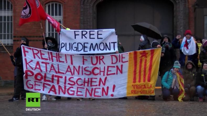 Neumünster: Unterstützer des katalanischen Ex-Präsidenten protestieren vor JVA für Freilassung
