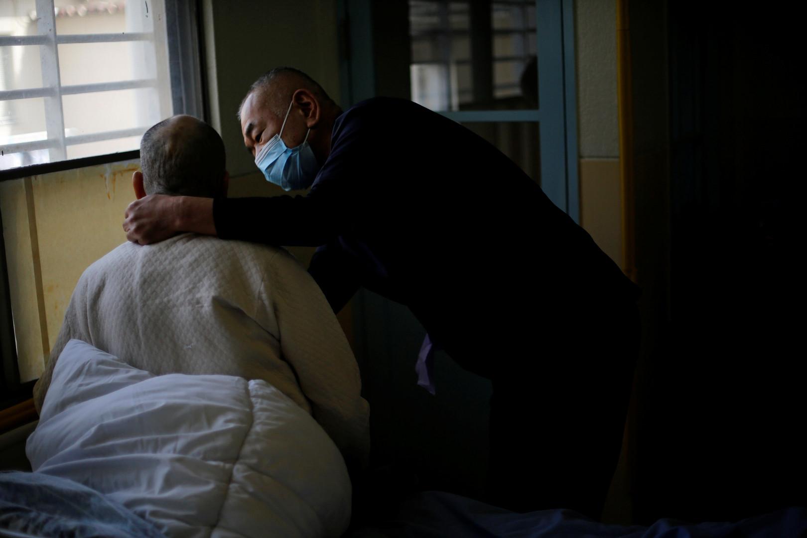 Ein 92 Jahre alter Häftling erhält Hilfe.