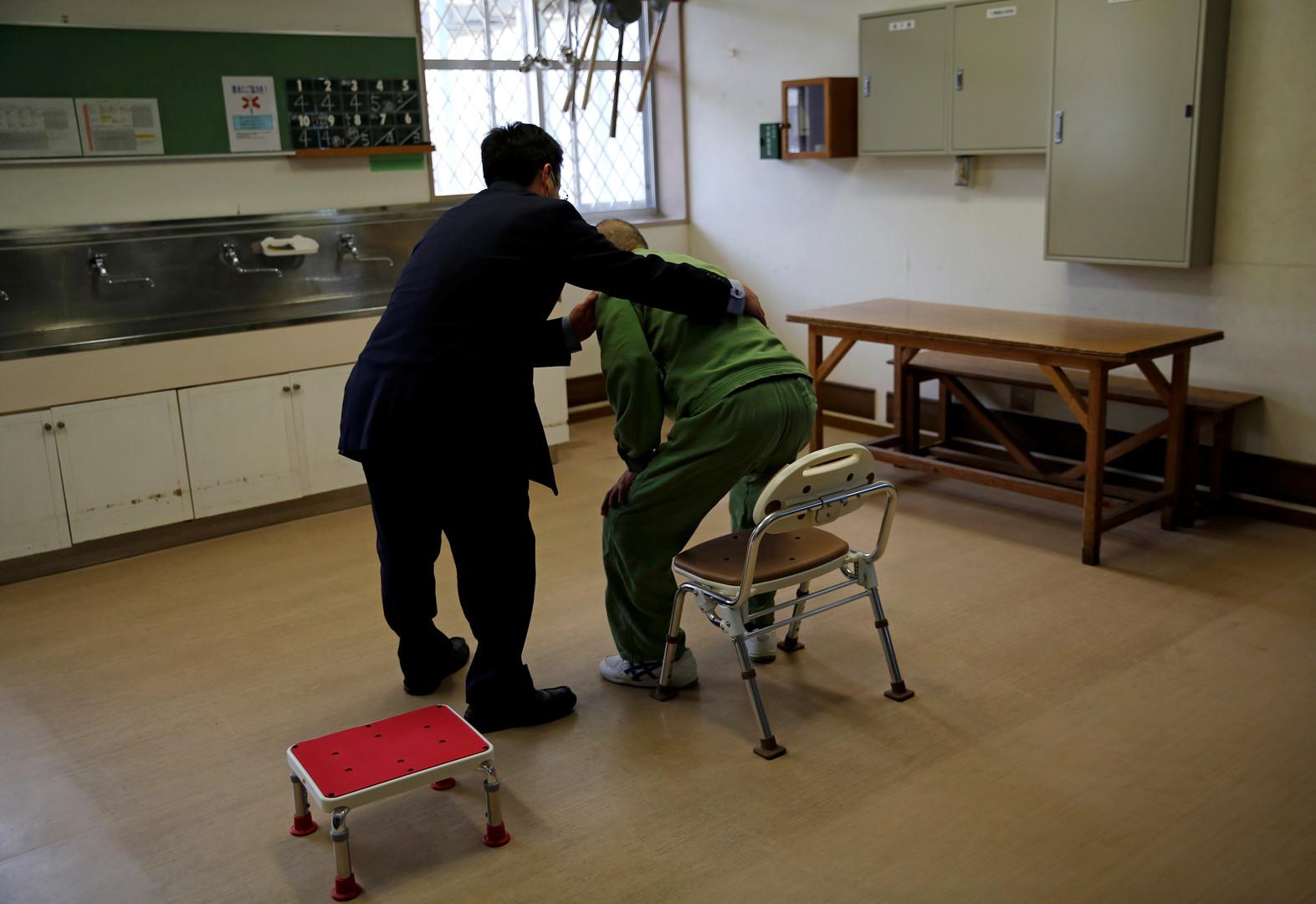 Ein Angestellter hilft dem alten Mann während einer ärztlichen Untersuchung zur Mobilität. Ungefähr zwei Dutzend Gefangene in fortgeschrittenem Alter leben in dem Gefängnis.