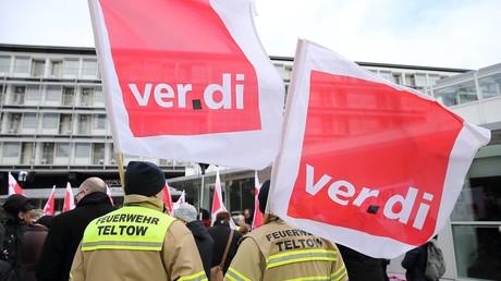 Mitglieder der Dienstleistungsgewerkschaft Verdi protestieren zum Auftakt der Tarifverhandlungen am 26. Februar 2018