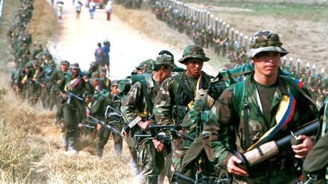 Ein Bild aus vergangenen Tagen: Angehörige der FARC-Guerilla marschieren in der Nähe der Ortschaft San Vicente del Caguán (Januar 1999).