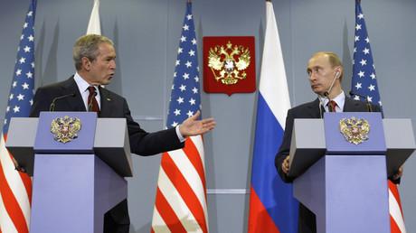 US-Präsident George W. Bush und der russische Präsident Wladimir Putin geben eine gemeinsame Presse-Konferenz am 6. April 2008 in Putins Residenz Botscharow Rutschej bei Sotschi.