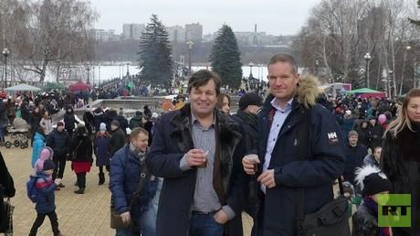 Linken-Politiker Andreas Maurer und der Gründer der Volksdiplomatie in Norwegen, Hendrik Weber, auf dem Volksfest in Donezk