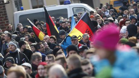 Teilnehmer einer Demonstration gegen Zuwanderung in Cottbus am 3. Februar 2018. Unter die Demonstranten mischten sich nach Polizeiangaben vereinzelt auch Rechtsextreme.