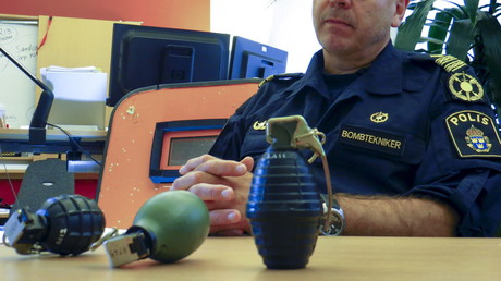 Goran Mansson, Leiter des Bombenentschärfungsteams von Malmö, präsentiert sichergestellte Handgranaten, Schweden, 5. August 2015.