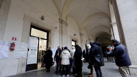 Vor einem Wahllokal in Rom: Bei der Abstimmung am Sonntag machten lange Warteschlangen und Pannen den Wählern das Leben schwer.