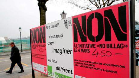 Plakate der Gegner und Befürworter der Rundfunkgebühr in der Schweiz.