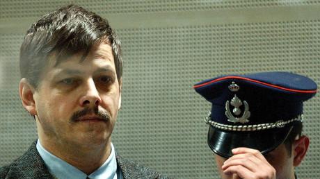 Marc Dutroux während einer Gerichtsverhandlung am 8. März 2004 in Arlon, Belgien.