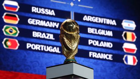 Die begehrte FIFA-Trophäe zierte die Auslosung der WM-Gruppenspiele