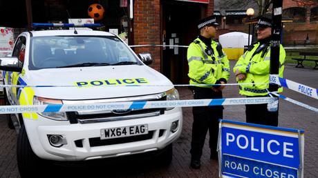Britische Polizisten bewachen den Ort, an dem beide Personen aufgefunden wurden.