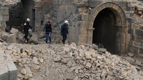 Mitglieder der so genannten Weißen Helme besichtigen die Schäden an einer römischen Ruinenstätte in Daraa, Syrien, am 23. Dezember 2017.