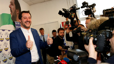 Anführer der Lega Nord, Matteo Salvini: Die Freude über die guten Ergebnisse bei der Wahl ist ihm deutlich anzusehen. Aber auf eine regierungsfähige Mehrheit kommt das Mitte-Rechts-Bündnis nicht, dem auch seine Partei angehört.