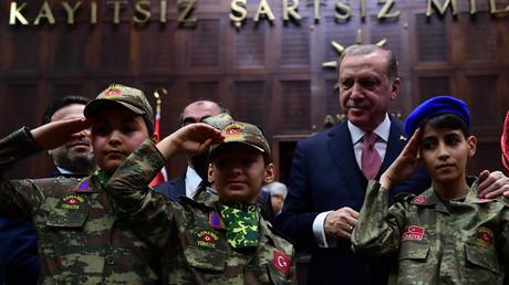 Der türkische Präsident Erdogan umringt von  Kindern in Militäruniform während einer Ansprache im türkischen Parlament