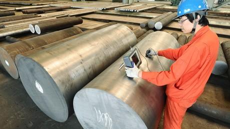 Ein chinesischer Stahlarbeiter in einem Werk in der Hafenstadt Dalian.