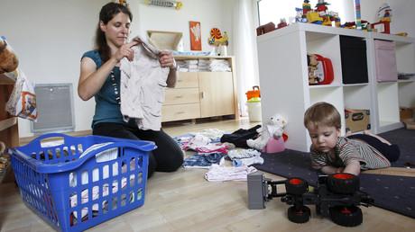Nach gesamteuropäischen Messstandards lebten in Deutschland  im vorvergangenen Jahr rund 7,3 Millionen Frauen unterhalb der sogenannten Armutsgefährdungsgrenze. Laut dem Paritätischen Gesamtverbandes lebte zuletzt jedes fünfte Kind in der Bundesrepublik unter der Armutsgrenze.