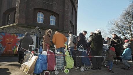 Inwieweit können Ehrenamtliche die Aufgaben des Staates erfüllen bevor Verteilungskämpfe ausgetragen werden? Bild: Bedürftige warten vor der Essener Tafel auf die Ausgabe von Lebensmitteln.