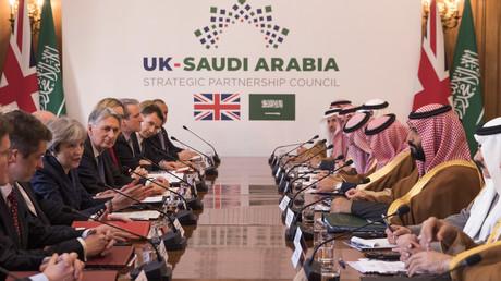 Begleitet von Mitglieder der britischen Regierung und saudischen Delegierten, treffen der saudische Kronzprinz Mohammed bin Salman und die britische Premierministerin Theresa May in 10 Downing Street zusammen.