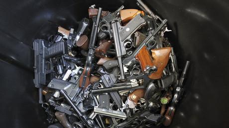 Zurückgebrachte Waffen in einem Waffengeschäft, Los Angeles, USA, 26. Dezember 2012.