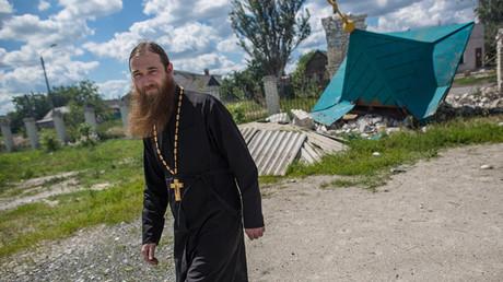 Ein Priester in der Konfliktzone im Donbass im Jahr 2014.
