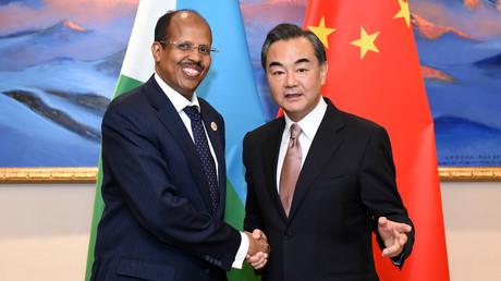 Der chinesische Außenminister Wang Yi mit seinem dschibutischen Amtskollegen Mahamoud Ali Youssouf.