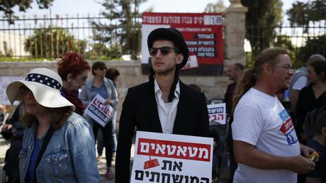 Demonstranten protestieren vor Benjamin Netanjahus Wohnhaus gegen den israelischen Premier.