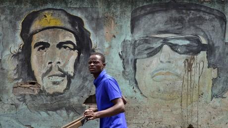 Muammar al-Gaddafi (auf dem Wandbild rechts) wurde (und wird) von vielen Menschen in Libyen in eine Reihe mit Che Guevara gestellt