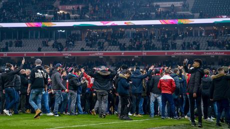 Französische Hooligans stürmen Fußballfeld in Lille und attackieren eigene Spieler