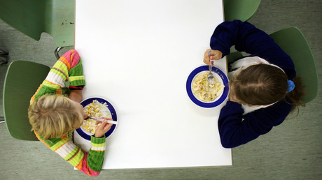 Kinder essen bei einer Tafel, Berlin, Deutschland, 16. Oktober 2006.