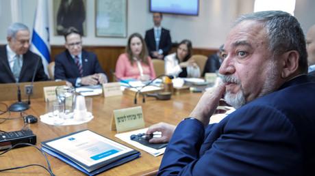 Droht mit einem Ausscheiden aus der Koalition: Israels Verteidigungsminister Avigdor Lieberman (R) von der Partei Israel Beitenu.