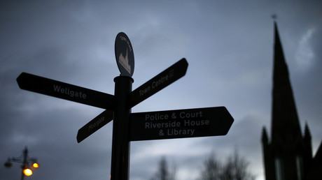 Ein Schild in der Nähe des Rathauses in Rotherham, Nordengland. Rotherhams Ratsvorsitzender und das gesamte Kabinett traten zurück, nachdem ein Bericht über die jahrelange sexuelle Ausbeutung von Kindern in der Stadt veröffentlicht worden war.