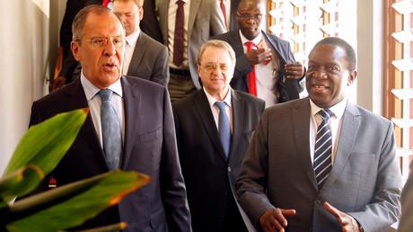 Simbabwes Präsident Emmerson Mnangagwa zusammen mit dem russischen Außenminister Sergej Lawrow in Harare, Simbabwe, am 8. März 2018.