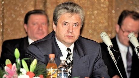 Der Leiter des Föderalen Sicherheitsdienstes, Oberst Nikolai Kowaljow, im Jahr 1996. Er leitete die Sicherheitsbehörde von 1996 bis 1998 und war damit der Vorgänger Wladimir Putins, der im Jahr 1998 das Amt kurzzeitig übernahm. Zurzeit ist Kowaljow Duma-Abgeordneter und in mehreren Gremien aktiv.