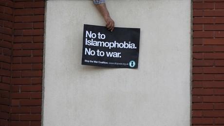 Ein Mann hält ein Plakat aus dem Fenster der Finsbury-Park-Moschee, wo ein mutmaßlich rechtsextrem gesinnter Attentäter sein Fahrzeug in eine Gruppe von Muslimen gesteuert hatte, 20. Juni 2017.