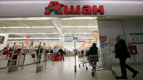 Kunden besuchen ein SB-Warenhaus des französischen Lebensmitteleinzelhändlers Auchan in Moskau