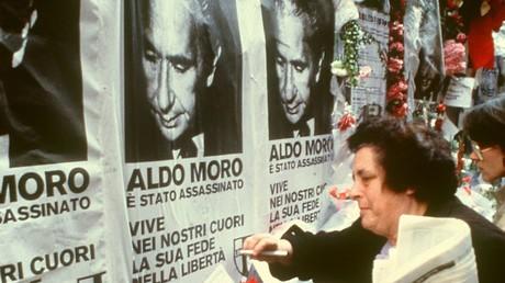 Menschen trauern 1978 um den ermordeten italienischen Ministerpräsidenten Aldo Moro. Bis heute hält sich der Verdacht einer Mittäterschaft von langjährigen