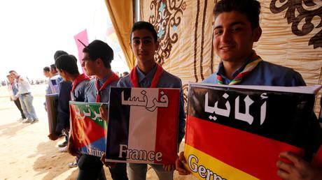 Wenn Integration so einfach wäre: Arabischer Jugendlicher mit deutscher Flagge.