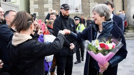 Die britische Premierministerin Theresa May genießt das Bad in der Menge in unmittelbarer Nähe des Tatorts.