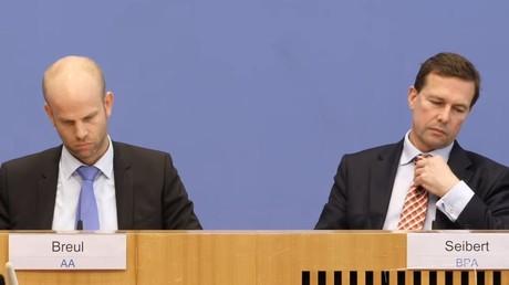 Rainer Breul (Sprecher Auswärtiges Amt) und Steffen Seibert (Sprecher Bundesregierung) auf der Bundespressekonferenz am 16. März 2018.