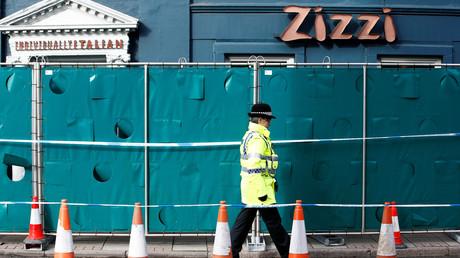 Ein britischer Polizist bewacht das Pub, in dessen Nähe angeblich ein mutmaßlicher Giftanschlag stattgefunden hat.