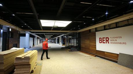 Ein Mitarbeiter läuft durch ein Terminal des Flughafens Berlin-Brandenburg Willy Brandt im Jahr 2015. Erst kürzlich forderten die oppositionellen Fraktionen von CDU, AfD und FDP im Berliner Abgeordnetenhaus einen Untersuchungsausschuss zum Debakel um die Dauerbaustelle des BER.