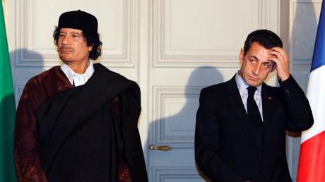Frankreichs ehemaliger Präsident Nicolas Sarkozy (r.) und der ehemalige libysche Führer Muammar Gaddafi am 10. Dezember 2007 im Elysee-Palast während einer Zeremonie zur Unterzeichnung von Handelsverträgen in Höhe von zehn Milliarden Euro. Unter anderem ging es um den Kauf von 21 Airbus-Flugzeugen.