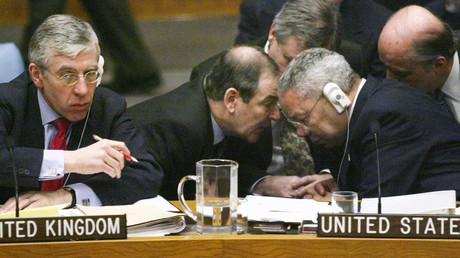 Verschwörung zu einem illegalen Angriffskrieg: Großbritanniens Außenminister Jack Straw, der britische Botschafter bei den UN, Jeremy Greenstock, und US-Außenminister Colin Powell beraten sich am 7. März 2003 in der UNO.