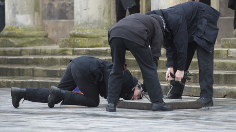 Wo steckt der Russe? Polizisten in Salisbury durchsuchen die Kanalisation.