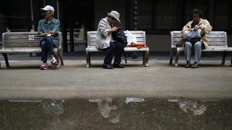 (Symbolbild). Senioren machen eine Pause auf den Sitzbänken im Tokioter Stadtteil Sugamo, einem bei älteren Japanern beliebten Bezirk.